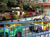 O melhor parque de diversões de venda monta o equipamento ao ar livre do campo de jogos dos miúdos