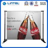 La publicité de l'opération d'étalage et du stand de drapeau de câble de répétition