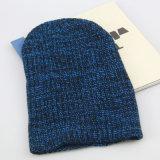 Le donne di inverno del blu marino hanno lavorato a maglia i cappelli, cappelli del Beanie del jacquard dei berreti delle signore