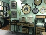 国様式の木の家具および金属のクロック