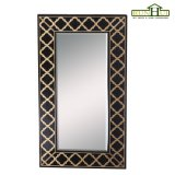Marco de madera decorativo del espejo en el final de madera de la oscuridad