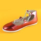 赤い新しい方法女の子はからかう平らな靴をひもで締める