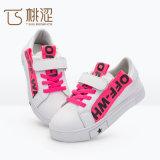 子供の方法様式は偶然の緩いスニーカーの靴の白いピンクに文字を入れる