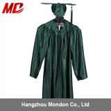 Robes et chapeaux de graduation d'école primaire avec le gland