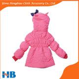 卸し売りボタンは女の子のためのピンクのコートに着せる冬をからかう
