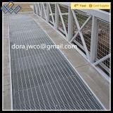 プラットホームの床によって電流を通される鋼鉄格子