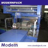 Bouteille d'eau minérale de qualité enveloppant la machine à emballer craintive