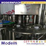 Cadena de producción en botella agua de la máquina de rellenar