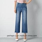 Pantalones vaqueros anchos de las piernas de las mujeres con los bordes sin procesar en Hemline