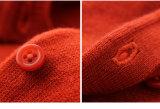 子供に着せている100%のウールの子供は女の子のためのセーターを編んだ