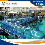 Gallone Mineralwasser-Füllmaschine trinkend