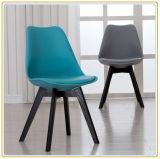 Stühle mit grünem PU-Deckel und den ursprünglichen hölzernen Beinen