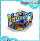 Equipamento interno do campo de jogos das crianças pequenas