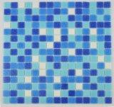 ホテルのプールによって使用される古典的なモザイク・タイルのオーシャンブルーの混合された溶解ガラスの網