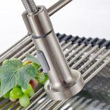 O Faucet de bronze da mola retira a torneira da cozinha