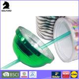 Le plastique plaquent la double tasse de mur avec la paille