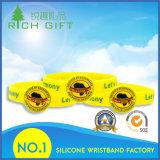 Os Wristbands 100% do silicone com costume gravaram o logotipo colorido impresso Debossed/