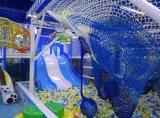 新式の幸せな屋内幼児の運動場