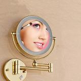 Espejo encendido montado en la pared del cuarto de baño