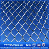 Heißes eingetaucht galvanisierter und Belüftung-Kettenlink-Zaun auf Verkauf