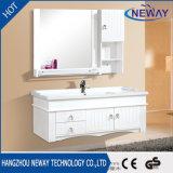 Einfache weiße hölzerne an der Wand befestigte Badezimmer-Eitelkeiten