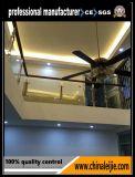 屋内で階段ステンレス鋼のステアケースのバルコニー