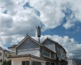 屋根の上の飾られた電気通信タワー