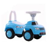おもちゃ車の青いカラー子供の乗車