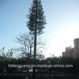 松の木のタワーによってごまかされる木タワーの鋼鉄Monopoleアンテナ鉄塔