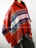 Шаль зимы повелительниц красная проверенная сплетенная пуловером с воротом