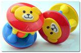 El juguete lindo plástico de los traqueteos del oso del peluche para los cabritos se divierte