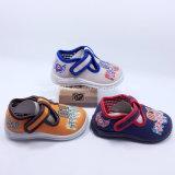 赤ん坊のズック靴のバックルは子供の靴の注入の靴に安く蹄鉄を打つ