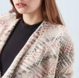 Las mujeres forman la capa larga de gran tamaño del suéter de la funda