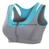 여자 열리는 정면 스포츠 브래지어 체조가 운영하는 운동 옷을 착용한다