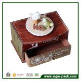 Caixa de música de madeira do projeto da casa com pássaro cerâmico