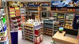 Mini étagère de supermarché devant le compteur