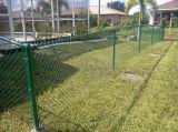 熱いすくいの有刺鉄線が付いている電流を通されたチェーン・リンクの塀