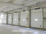 Porta secional aérea automática da garagem com a porta pequena do homem