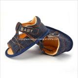 柔らかい最下の赤ん坊のサンダルの赤ん坊靴