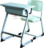 Escritorio fijo y silla de escuela del estudiante antiguo de los muebles solo