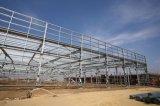 Almacén de la estructura de acero con el panel de emparedado del aislante