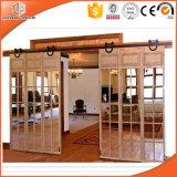 Porte coulissante en bois solide de modèle de gril pour la villa à extrémité élevé, porte intérieure de grange en bois solide, porte de levage durable de roue, porte coulissante avec la première piste