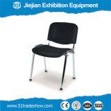 까만 금속 접의자 및 의자