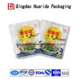 Упаковка супа лапши слоения кладет пластичный мешок в мешки упаковки еды