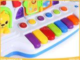 Le bébé joue les jouets heureux de musical de piano de tournesol