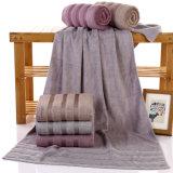 昇進の印刷された綿の表面か手または浴室またはビーチタオル