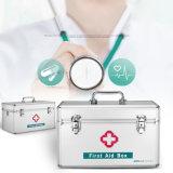 Caixa tradicional da medicina dos primeiros socorros do profissional com fechamento e correia