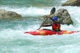 El plástico blanco Kayak Agua con faldón