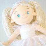 날개를 가진 천사 인형은 소녀를 위한 피복 인형을 채웠다