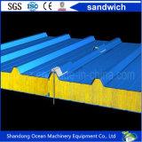 PPGIの鋼板およびRockwoolのグラスウールの熱の絶縁材から成っている環境に優しいサンドイッチ壁パネルの屋根のパネル